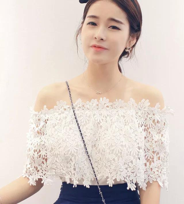 เสื้อแฟชั่นเกาหลี เด่นด้วยเกาะอกลูกไม้สีขาว ลายสวย