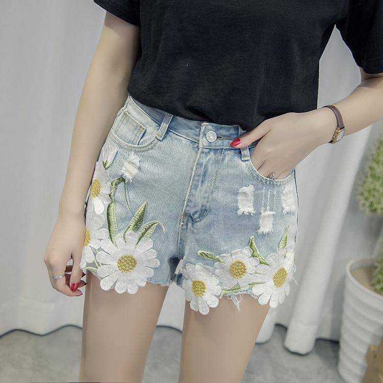 กางเกงยีนส์ขาสั้น แต่งลายดอกไม้เก๋ๆ ใส่สวยทุกยุค ไม่มีเอาท์เทรนด์แน่นอน