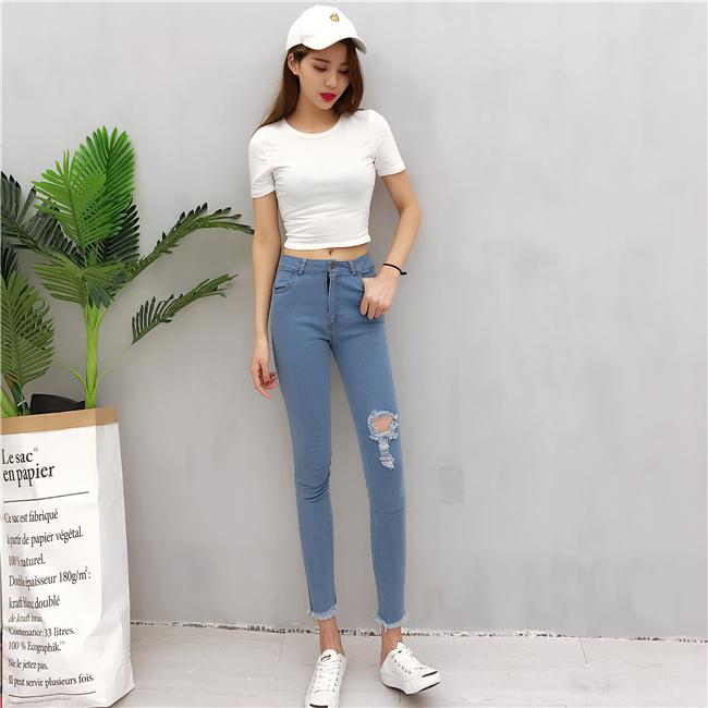 ชุดเสื้อยืดกางเกงยีนส์ สไตล์คลาสสิคใส่ได้ตลอด ดูดีทุกสมัย