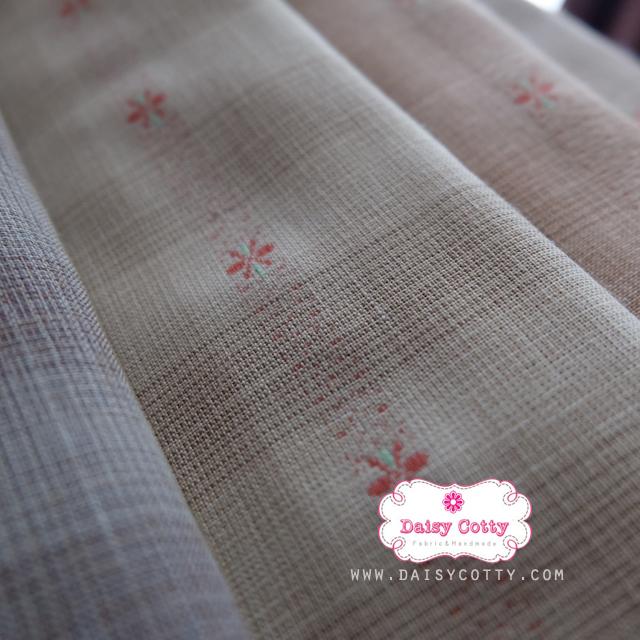 ผ้าทอญี่ปุ่น 1/4ม.(50x55ซม. โทนสีน้ำตาลอ่อน ทอลายตารางแต่งดอกไม้