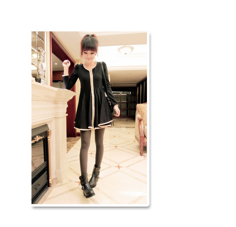 เดรสสั้นเกาหลี เรียบๆ แต่งเส้นตะเข็บด้วยสีครีม เพิ่มลายเส้นให้กับชุดเดรส ดูเด่นไม่น้อย