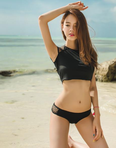 ชุดว่ายน้ำสีดำดีไซน์สวยๆ เซ็กซี่เล็กๆ พร้อมโปรยเสน่ห์ ให้หนุ่มๆ ได้ใจสั่นกันเลยทีเดียว