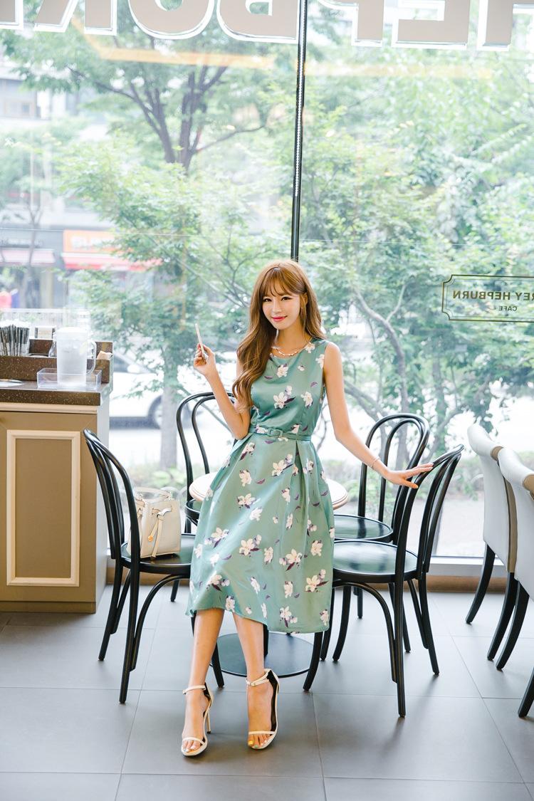 เดรสแฟชั่นเกาหลีทรงยาว พร้อมเข็มขัดในชุด กับลายดอกไม้สวยๆ
