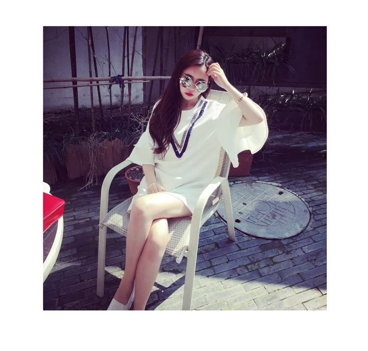 เดรสสั้นเกาหลี คอกลม ลาย V ที่ตัวเสื้อ แขนเสื้อตัดเย็บพองๆ เพิ่มความเลิศหรูให้กับสาวๆ ดีทีเดียว