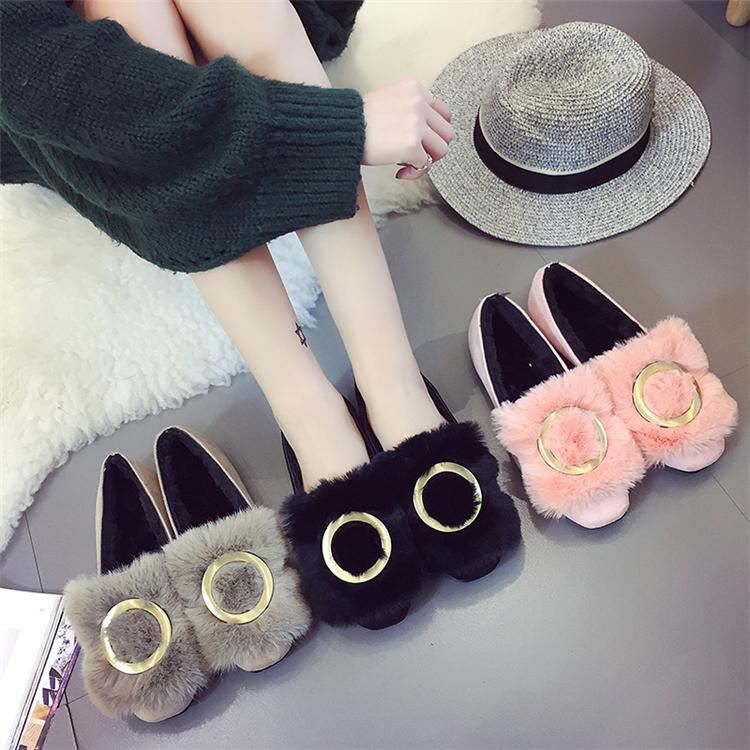 รองเท้าแฟชั่นสตรี ทรงเตี้ยใส่สบายเท้า แต่งขนหนาๆ ฟูนุ่ม ตัดกับวงแหวนสีทอง ดูสะดุดตาเมื่อได้เห็นจริงๆ