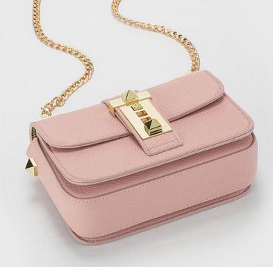กระเป๋าถือแฟชั่นขนาดพอดีมือ หนังสีหวานๆ ตัดกับสีทองได้อย่างลงตัว
