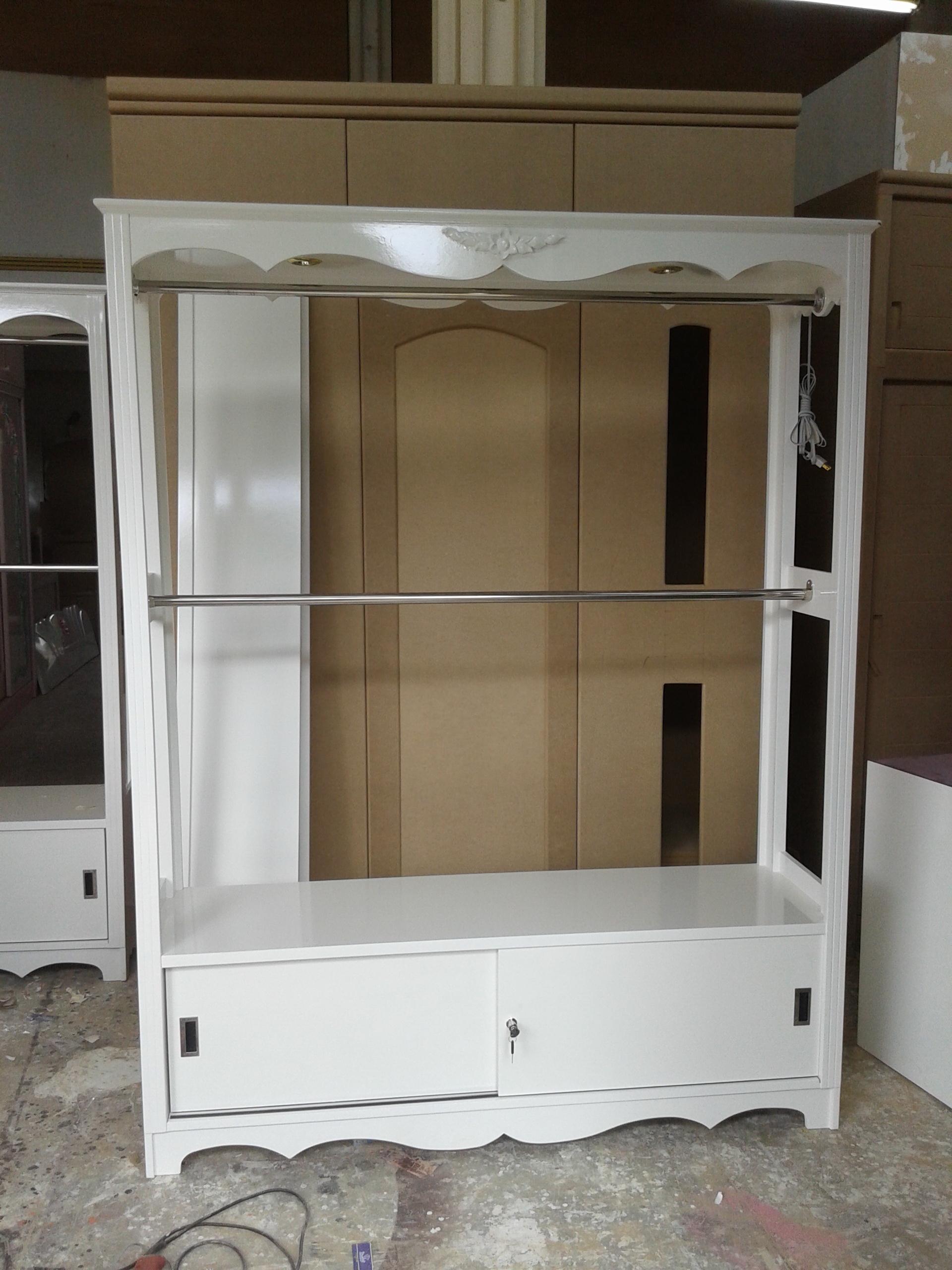ตู้โชว์แขวนเสื้อ 2 ราว วินเทจสีขาวสำหรับร้านค้า