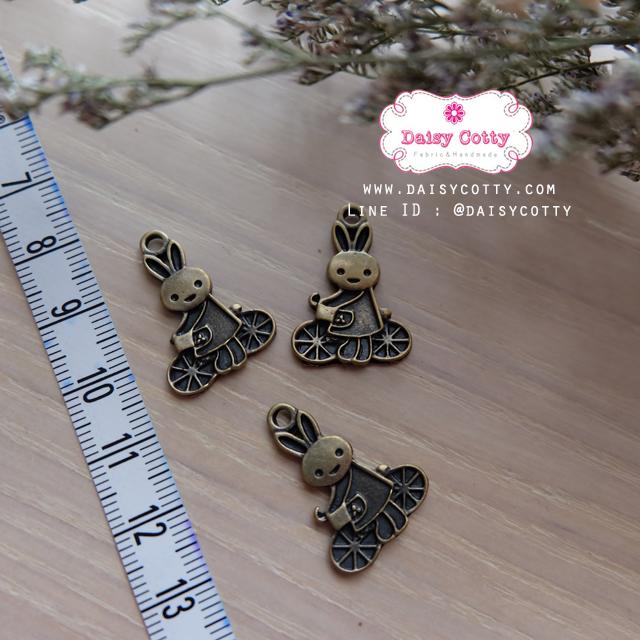 ตัวห้อยซิปทองเหลือง กระต่ายปั่นจักรยาน ขนาด ก 2 x ส 2.5 ซม.