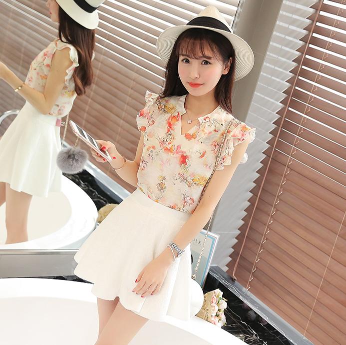 ชุดเสื้อชีฟองลายดอกไม้น่ารักๆ กับกระโปรงสีขาว ดูจะเข้าคู่กันได้ลงตัว น่ารักจริงๆ
