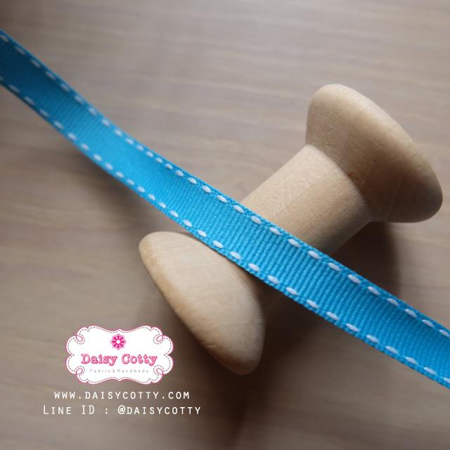 ริบบิ้นผ้า พื้นสีฟ้า ลายเส้นสีขาว กว้าง 1ซม. แบ่งขายเป็นหลา