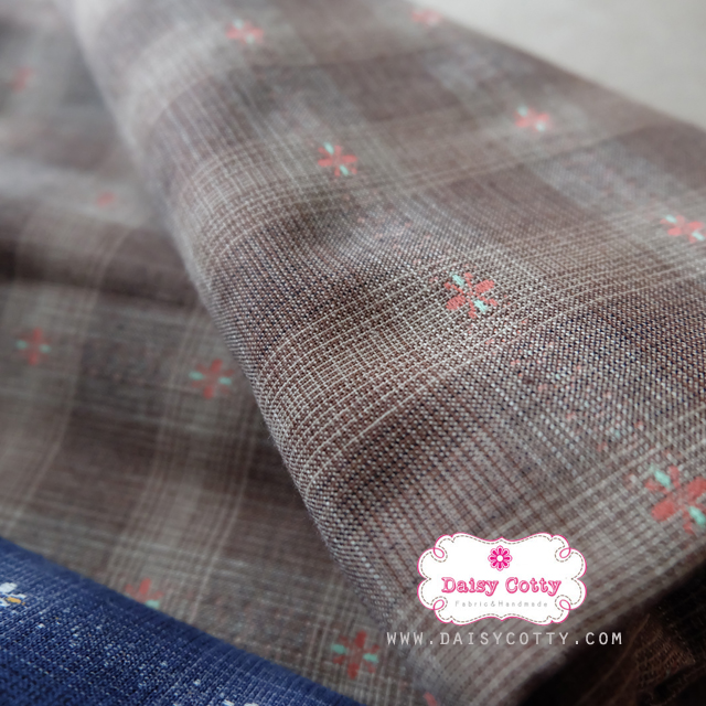 ผ้าทอญี่ปุ่น 1/4ม.(50x55ซม. โทนสีน้ำตาลเข้ม ทอลายตารางแต่งดอกไม้