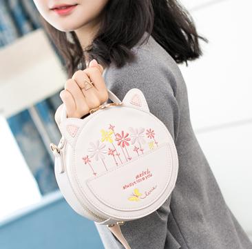 กระเป๋าถือทรงกลม แต่งเน้นน่ารัก ด้วยดีไซน์ สาวไหนเห็นก็อยากจับจอง