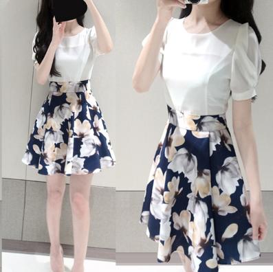 เดรสสั้นเกาหลี แฟชั่นสบายๆ ตัวเสื้อแขนสามส่วนสีขาวบริสุทธิ์ เข้ากับกระโปรงสีน้ำเงินลายดอก น่ารัก ดูดีจริงๆ