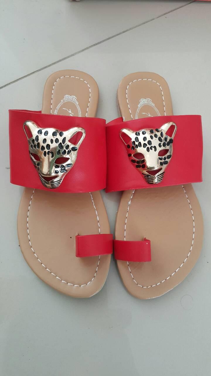 รองเท้าแตะแฟชั่นสีเจ็บๆ ตกแต่งด้วยเสือดาวเพิ่มความร้อนแรงให้แม่เสือสาวได้ใส่กัน