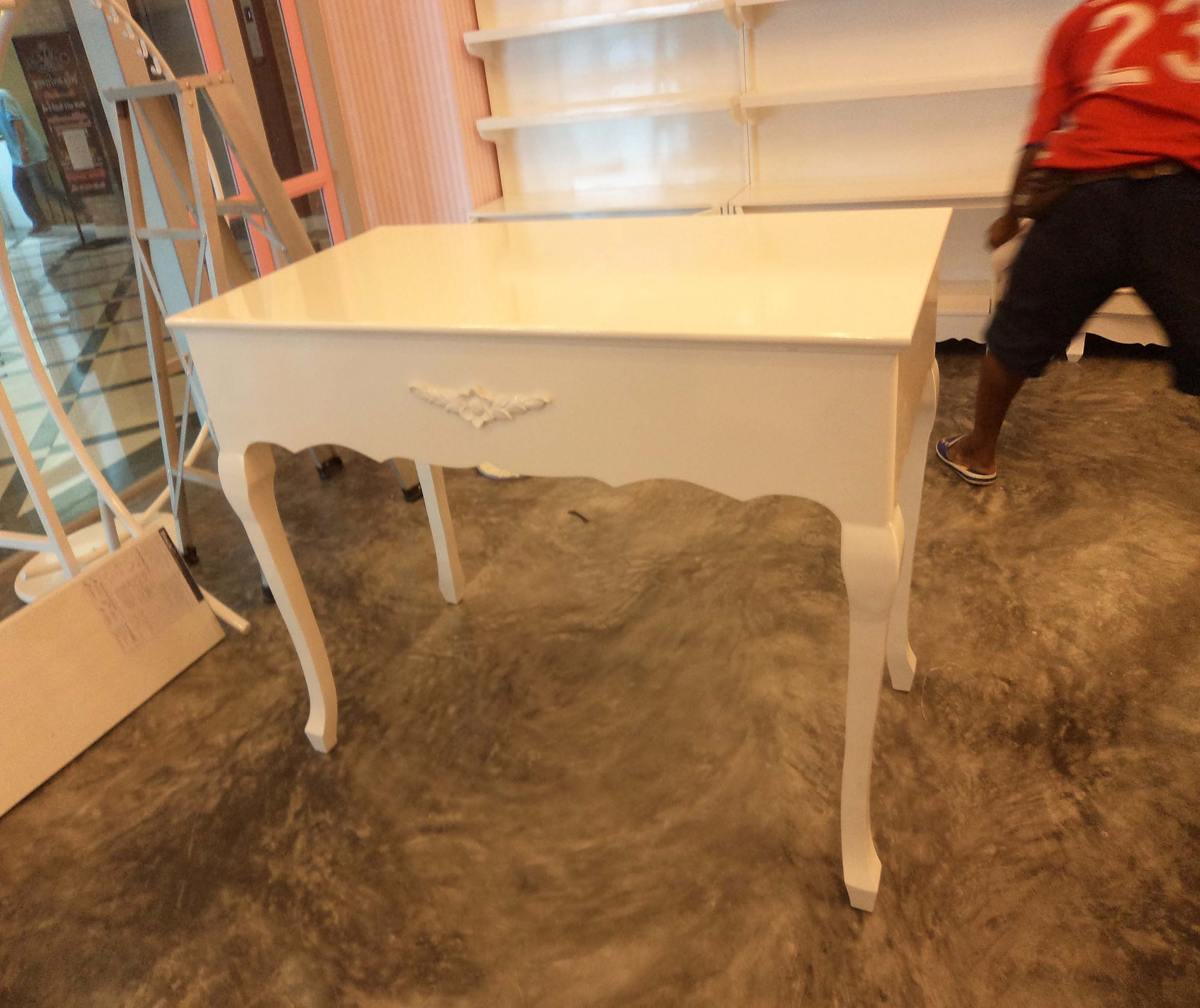 โต๊ะวินเทจสีขาว