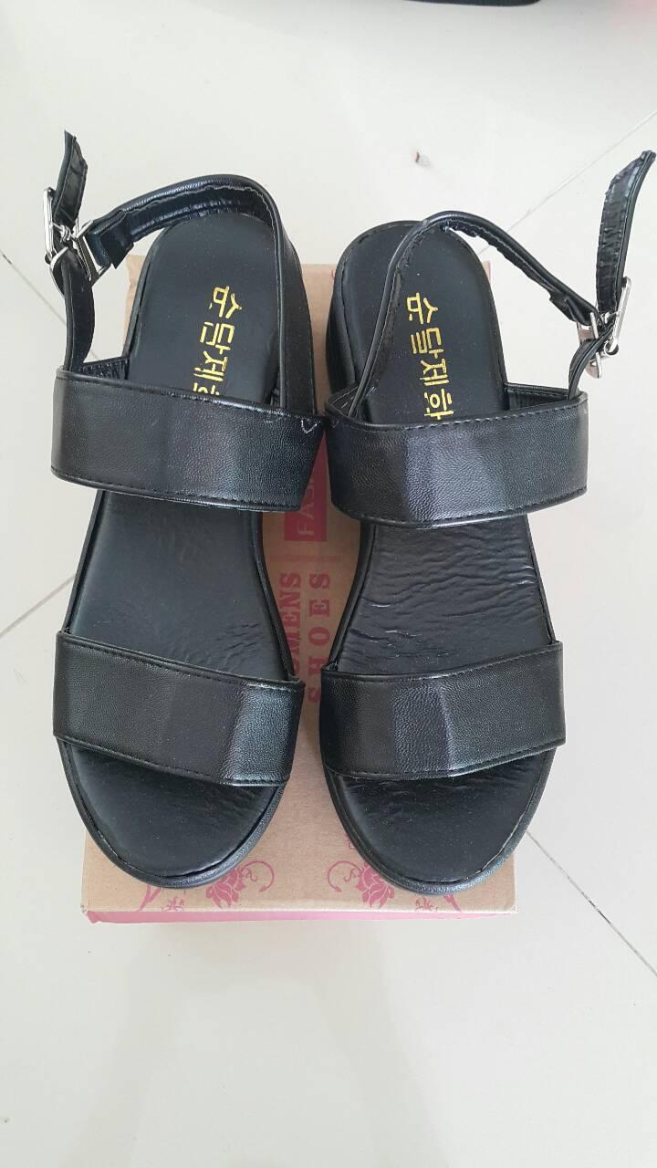รองเท้าสุภาพสตรี พื้นสูงกำลังดี ใส่ง่ายๆ มาพร้อมสายรัดข้อเส้นเล็กๆ