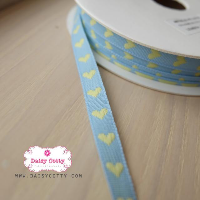 ริบบิ้นผ้าแถบ สีฟ้า ลายหัวใจสีเหลือง กว้าง 1 ซ.ม. แบ่งขายเป็นหลา