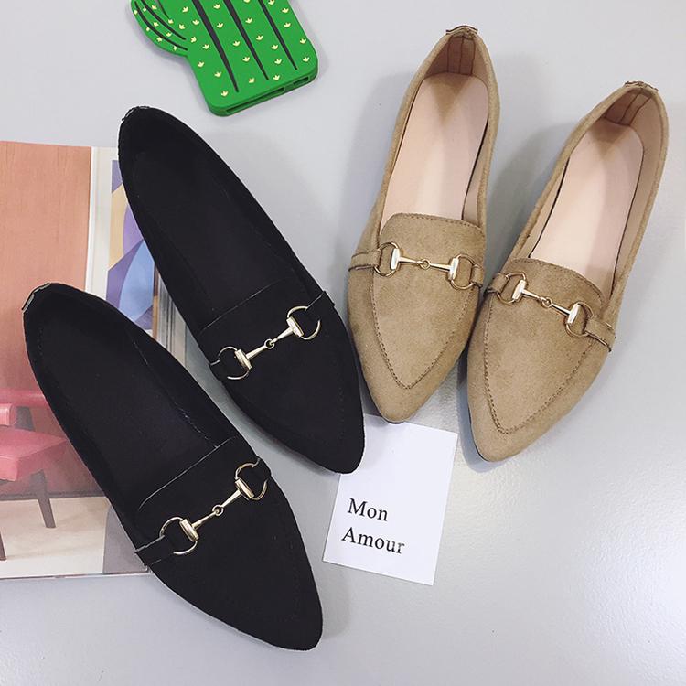 รองเท้าคัทชูแฟชั่น แต่งด้วยเข็มขัดโลหะสีทองเก๋ๆ คาดบนรองเท้าหนังเนื้อนิ่ม