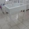 โต๊ะโชว์สินค้าวินเทจสีขาวสำหรับร้านค้า