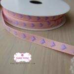 ริบบิ้นผ้าแถบ สีชมพู ลายหัวใจสีม่วง กว้าง 1 ซ.ม. แบ่งขายเป็นหลา