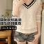 เสื้อแฟชั่นเกาหลี ทรงคอวีตัดด้วยลูกไม้สวยๆ ปกเสื้อสีดำ ช่วยขับให้ดูมีมิติเพิ่มขึ้น thumbnail 1