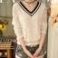 เสื้อแฟชั่นเกาหลี ทรงคอวีตัดด้วยลูกไม้สวยๆ ปกเสื้อสีดำ ช่วยขับให้ดูมีมิติเพิ่มขึ้น thumbnail 6