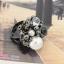 แหวนแฟชั่นประดับมุกเพชรดอกไม้สีดำ ขนาดฟรีไซส์ thumbnail 1