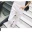 เอี๊ยมกางเกงยีนส์ขาวยาว แนวเซอร์ๆ สำหรับสาวต้องการลุคแบบลุยๆ thumbnail 27