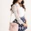 กระเป๋าหนังสะพายข้างสุภาพสตรี สีชมพูอ่อนสวยๆ ตกแต่งด้วยกนังลายดอกไม้สีขาว น่ารัก ดุดี น่าใช้มากๆ เลยจ้า thumbnail 1