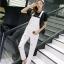 เอี๊ยมกางเกงยีนส์ขาวยาว แนวเซอร์ๆ สำหรับสาวต้องการลุคแบบลุยๆ thumbnail 2