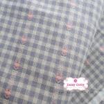 ผ้าทอญี่ปุ่น 1/4เมตร สีเทาม่วงตาราง แต่งลายดอกเล็กสีชมพู