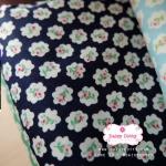 ผ้าคอตตอนไทย 100% 1/4 ม.(50x55ซม.) พื้นสีกรมท่า ลายดอกไม้เล็ก