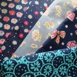 Set 5 ชิ้น : ผ้าคอตตอน 100% โทนสีน้ำเงิน 4 ลาย และผ้าแคนวาสลายแกะน้อยสีน้ำเงิน ชิ้นละ1/8 ม.(50x27.5ซม.)
