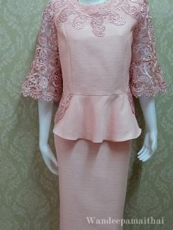 ชุดผ้าไหมญี่ปุ่น แต่งด้วยลูกไม้นอกสอดดิ้นด้านหน้าและด้านหลัง ปักมุข แขนสามส่วน เสื้อ+กระโปรงยาว เบอร์ 44 สีชมพู