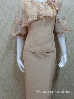 ชุดผ้าไหมญี่ปุ่นอัดผ้ากาวทั้งตัว แต่งด้วยลูกไม้นอก แขนสามส่วน เสื้อ+กระโปรงยาว เบอร์ 36 สีกาแฟ