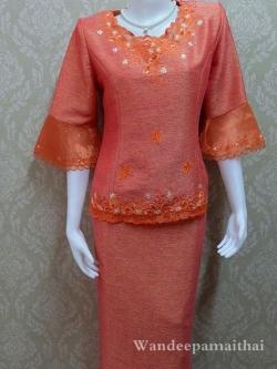 ชุดผ้าไหมญี่ปุ่นสำเร็จรูป ปักลาย แขนสามส่วนแต่งผ้าแก้ว อกเสื้อวัดเต็ม 42 นิ้ว เสื้อ+กระโปรงยาว สีส้ม