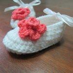 รองเท้าขาว ติดดอกไม้แดงอ่อน